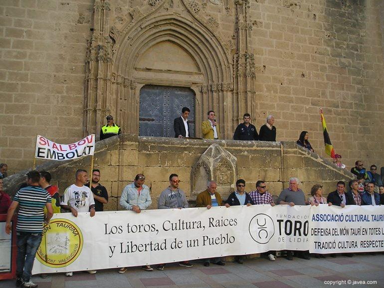 Manifestantes frente al ayuntamiento