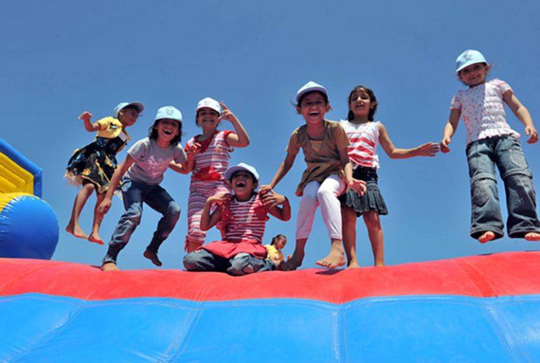 Niños disfrutando en colchonetas