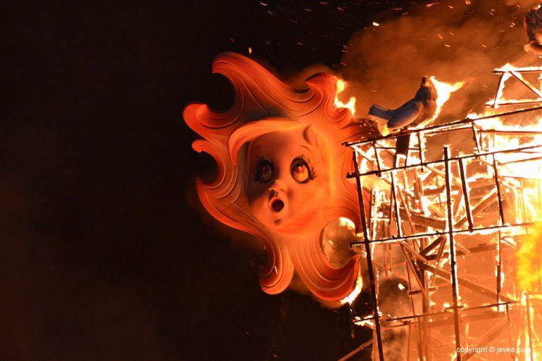 Un sol en llamas