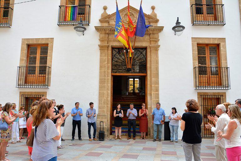 Bandera multicolor en la fachadad del ayuntamiento de Xàbia