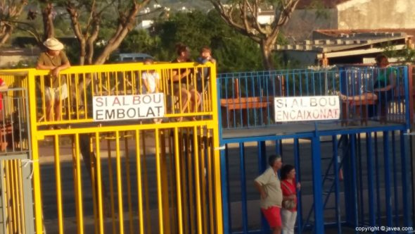 Carteles de protesta en los toros de San Juan de Xàbia