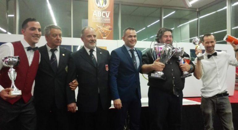 El ganador con su trofeo
