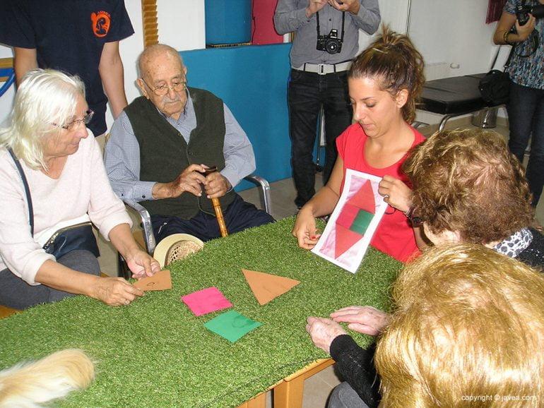 Eulalia Tamayo trabajando en la terapia con los mayores