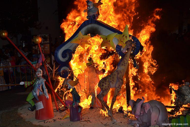 Las llamas devoran la Foguera infantil