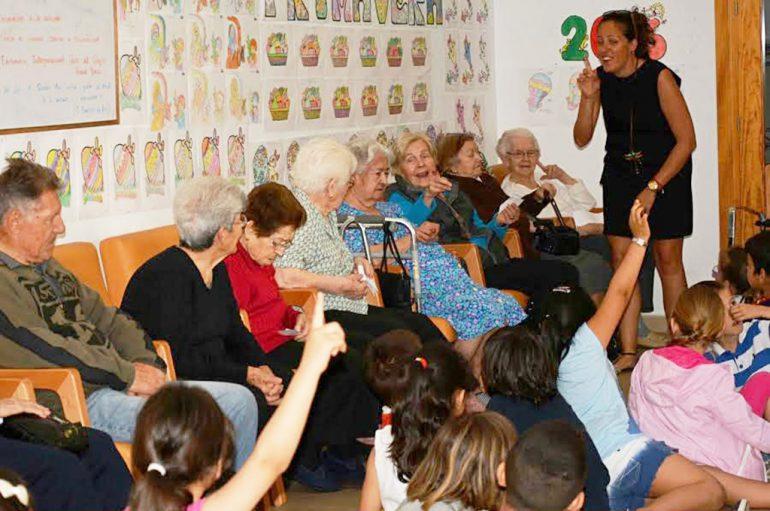 Niños y mayores en el Centro de Día