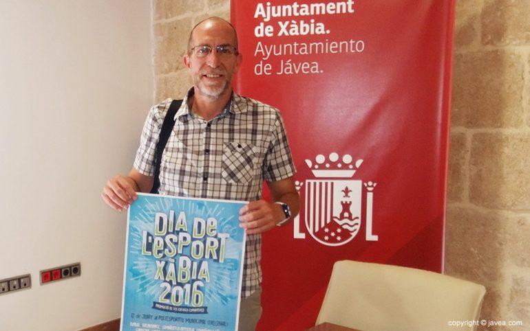 Vicent Colomer con el cartel del Día de l' Esport
