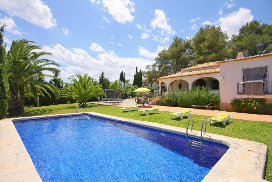 La casa perfecta para tus vacaciones con piscina y gran jard n est en aguila rent a villa - Casa de verano con piscina ...