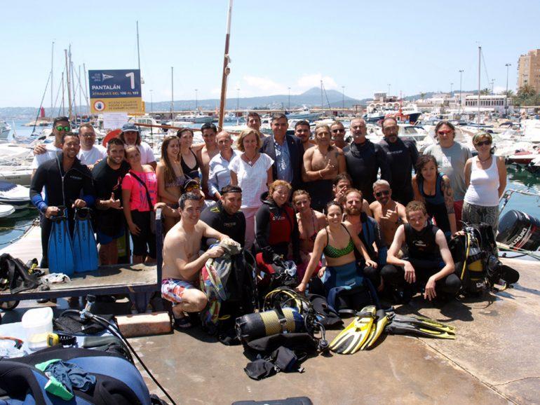 Voluntarios en la jornada de limpieza del fondo del puerto