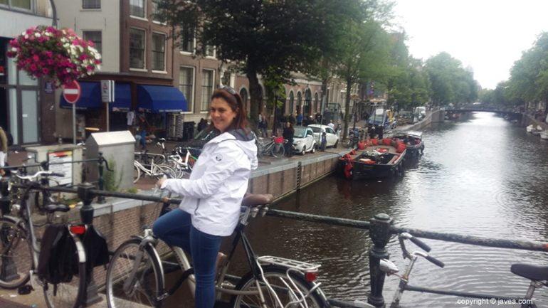 La guía Yolanda montada en una bicicleta