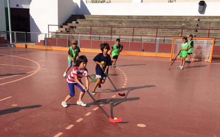 Alumnos jugando al hockey