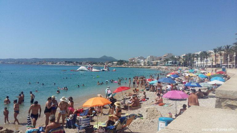 Aspecto de la Playa de La Grava en Julio