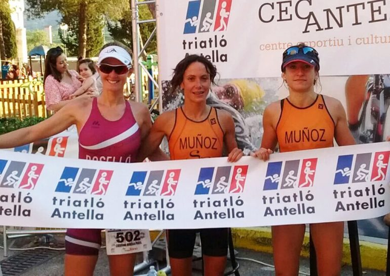 Cristina Roselló junto a Miriam y Sandra Muñoz