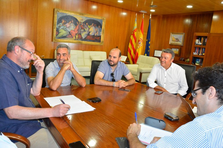 Firmando el acuerdo de venta de agua