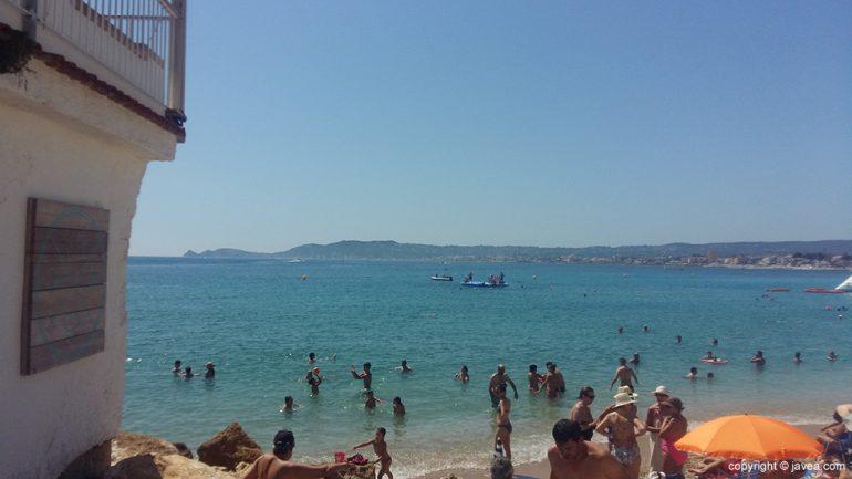 Gran cantidad de bañistas en la Playa de La Grava