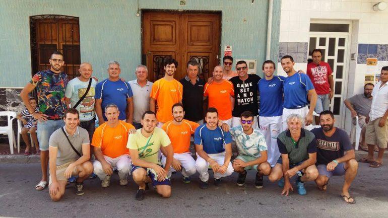 """Los """"pilotaris"""" junto a  aficionados en Benitatxell"""