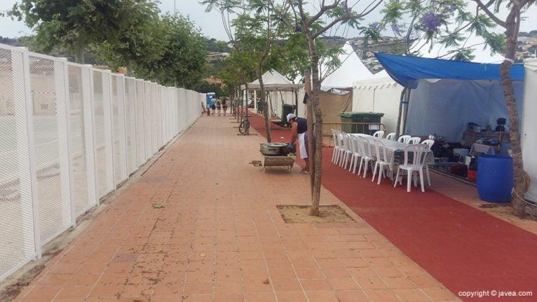 Mesa y sillas ocuparon el carril bici