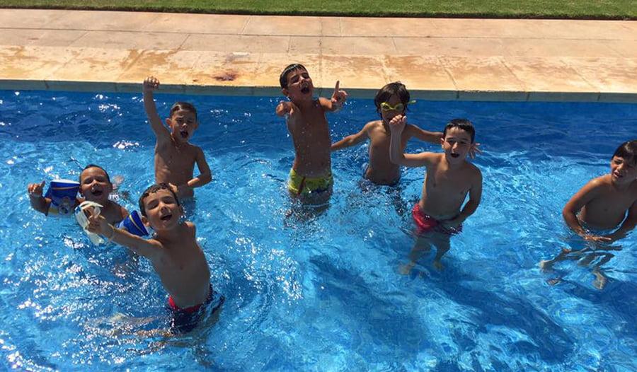 Ni os disfrutando en la piscina j x for Piscina 7 de agosto
