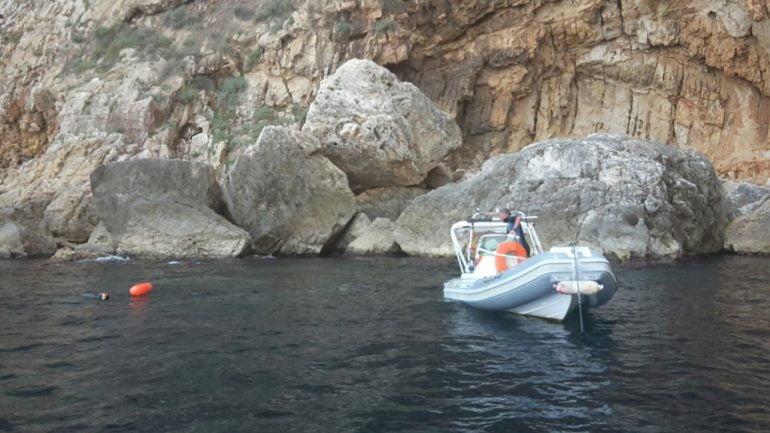 Barca faenando en la reserva marina