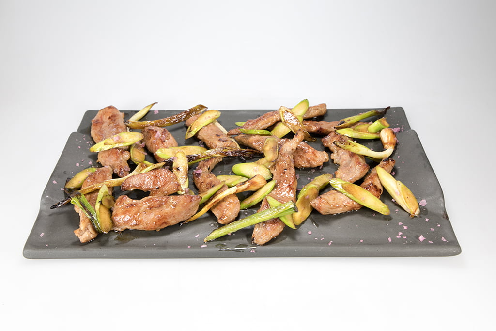 Pluma ibérica salteada con ajitos tiernos y espárragos Restaurante Noray