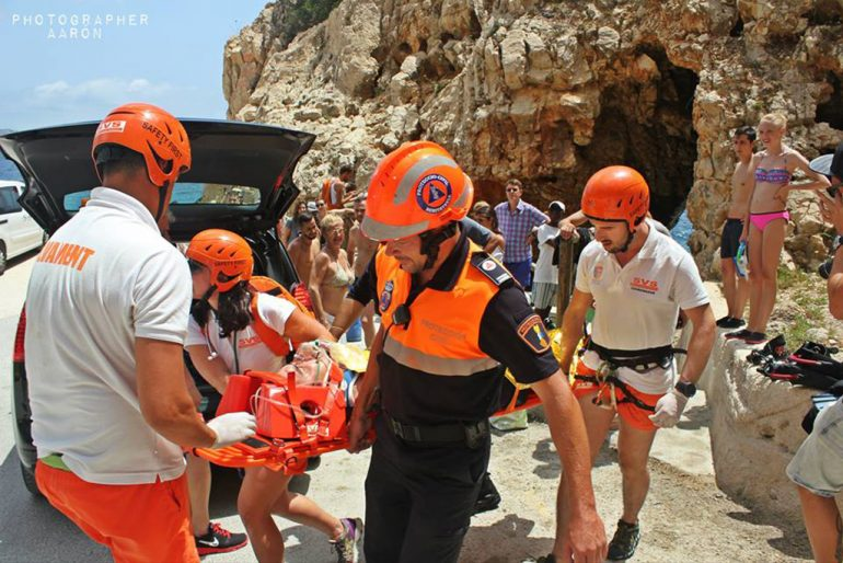 Traslado del herido en el simulacro de rescate