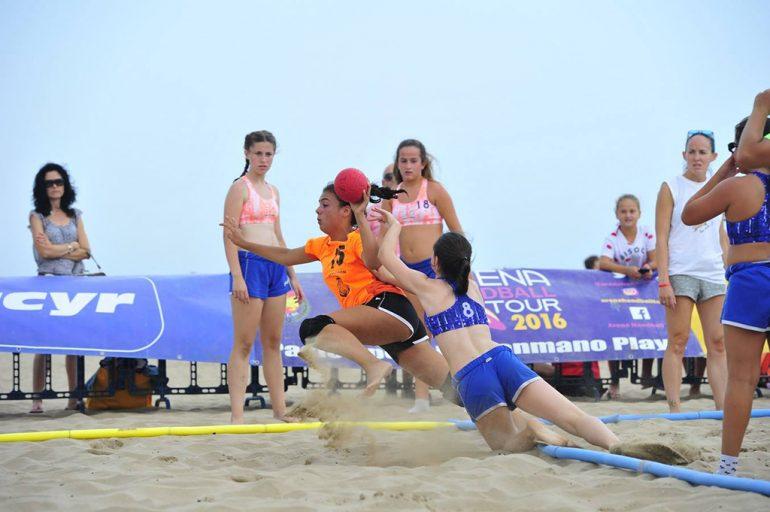 Una jugadora xabiera lanzando a portería