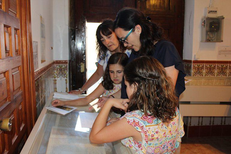 Vecinas consultando el archivo parroquial