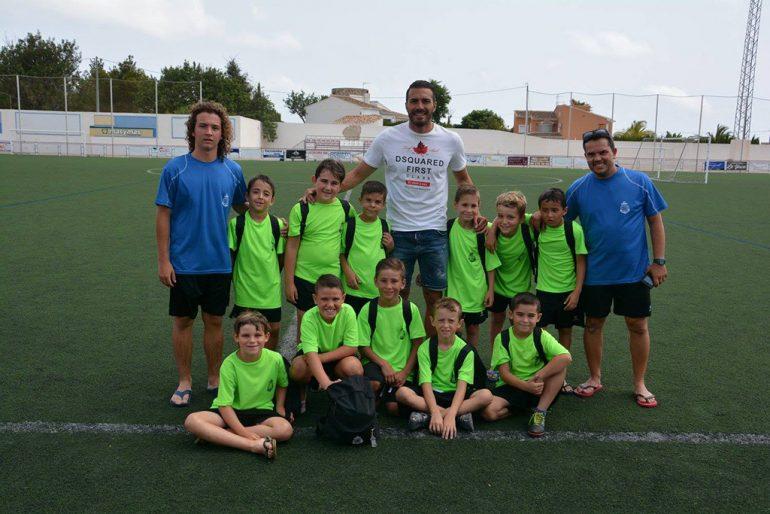Xavi Torres con un grupo de chicos