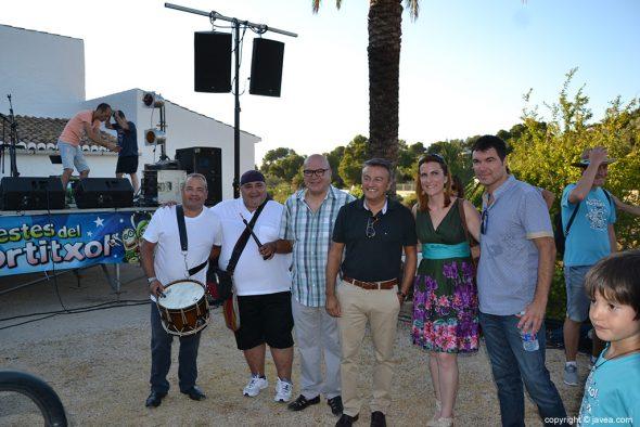 El alcalde de Xàbia con el grupo 'Va de cant' en festes del Portitxol