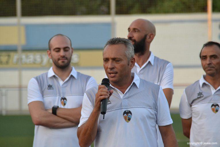 Antonio Villaescusa hablando a la afición