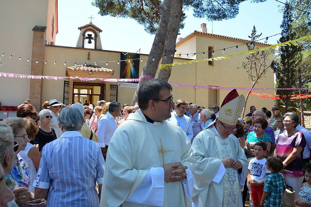 El sacerdote Fernando Maño junto al obispo