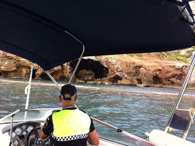Policía Local llegando a la Cova Tallada