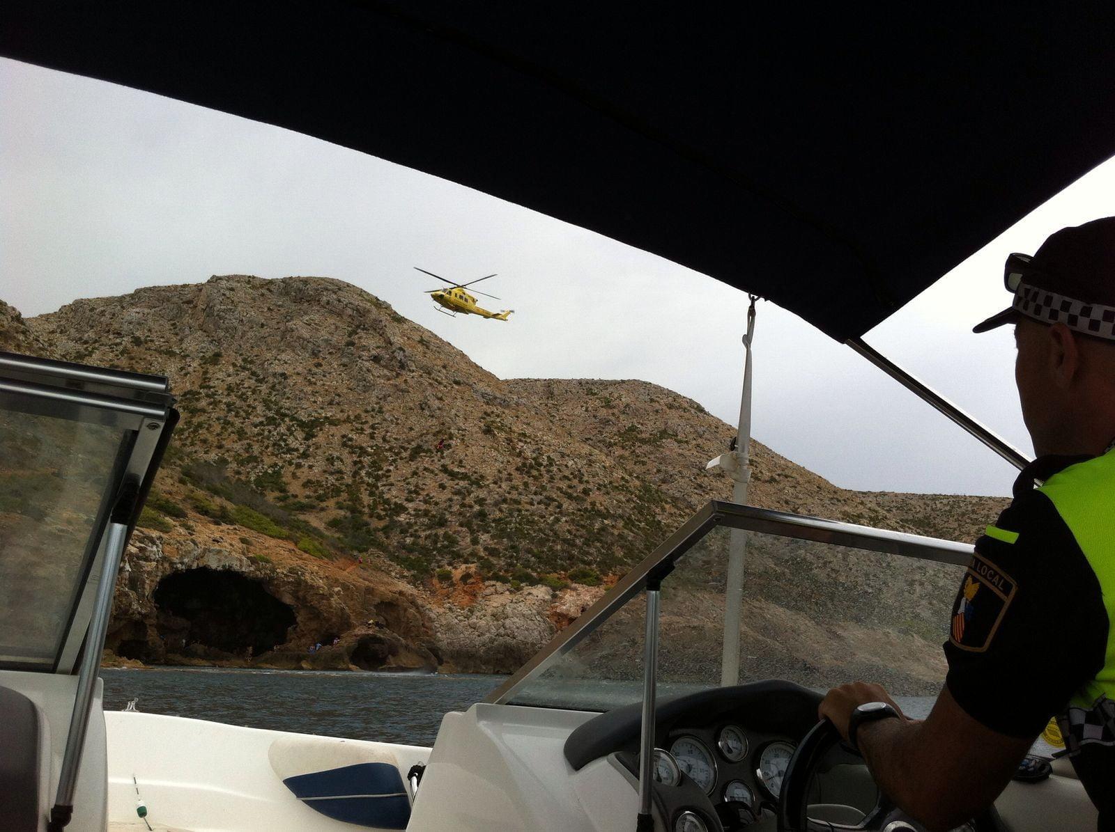 Helicóptero de rescate acercándose a la Cova Tallada