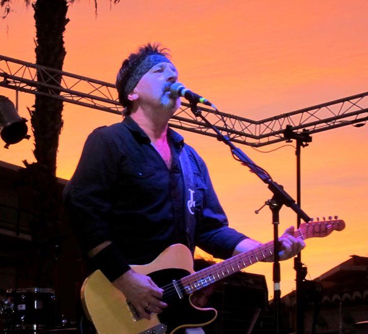 Jools Cooper en una actuación en Benitatxell
