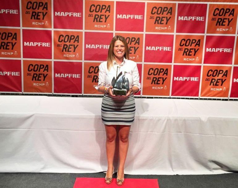 Maribel Sivera con el trofeo