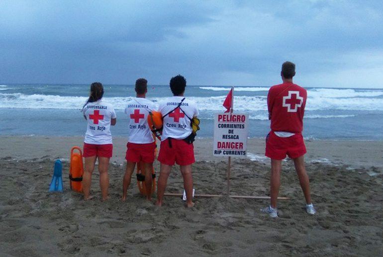 Socorristas en la playa del Arenal cuando ondeaba bandera roja