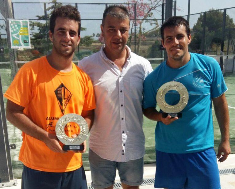 Toni Colomer con los vencedores del Torneo de Verano de pádel