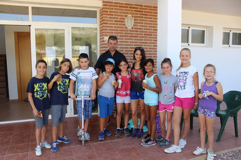 Toni Colomer visitando la Escuela Deportiva de verano