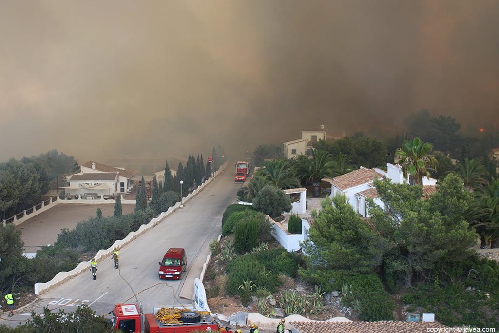 Los bomberos trabajaron para salvar al máximo las casas