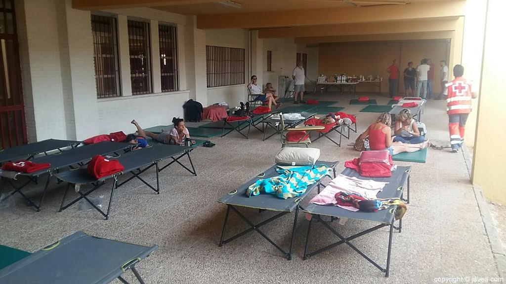 Se instalaron varias camas para las personas desalojadas