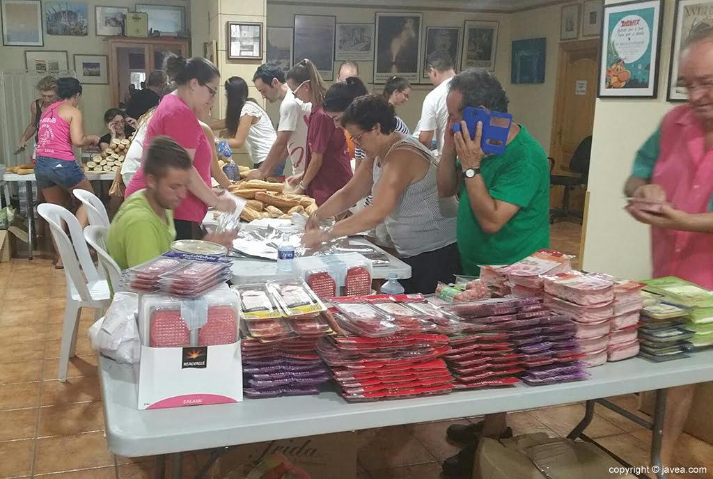 Gran donación de comida por parte de vecinos y asociaciones