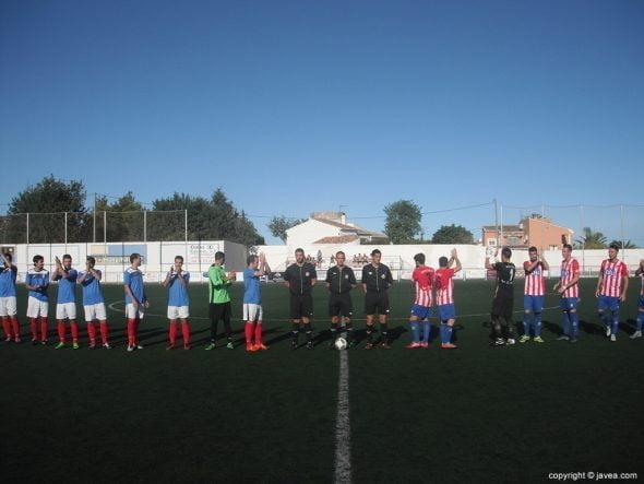 Ambos equipos en el inicio del partido