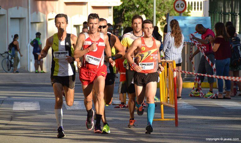 Grupo cabecero de inicio de la carrera