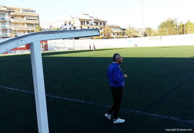 Antonio Villaescusa dirigiendo a su equipo