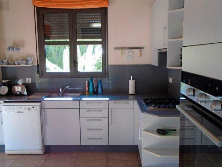 Cocina de la casa en alquiler Casanova Villas