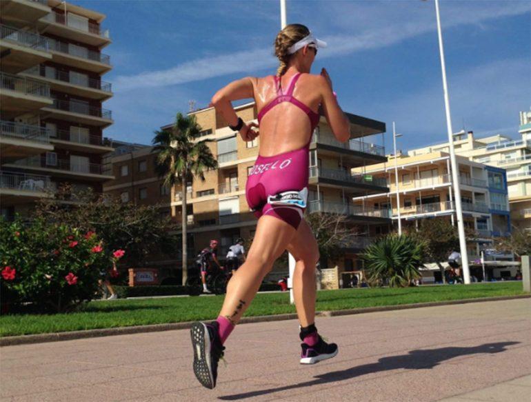 Cristina Roselló corriendo en el paseo de Gandia