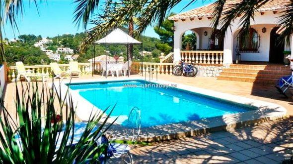 Jardín y piscina MarinaBay Homes