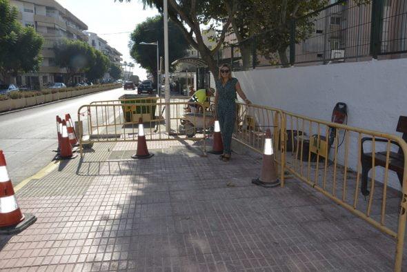 La edil Kika Mata vista las obras de mejora de la zona Puerto