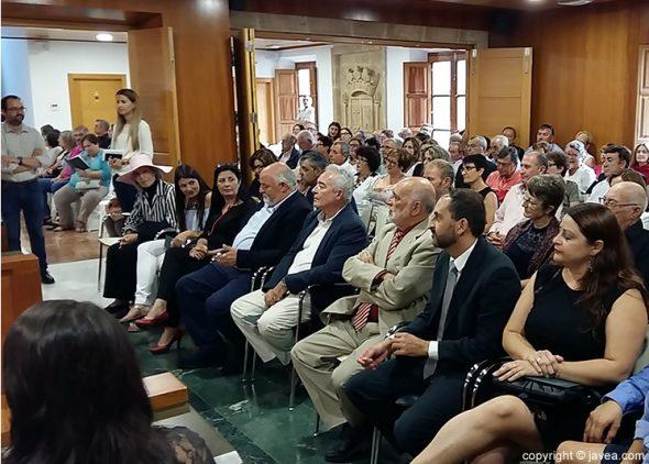 Vecinos de Xàbia se acercaron a la XXI edición de los Premios 9 de octubre