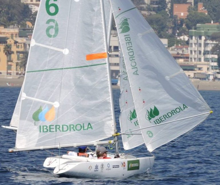 Rafael Andarias navegando con su barco