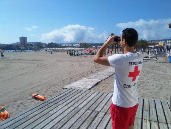 Los socorristas de la Cruz Roja vigilan la playa
